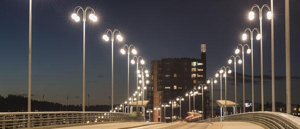 VP -valaisimilla valaistu silta Jyväskylässä, vanhaan valaisimeen on vaihdettu uusi tekniikka. Referenssi hyvästä suunnitelusta.